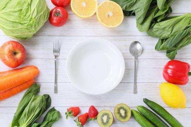 皿を囲む野菜